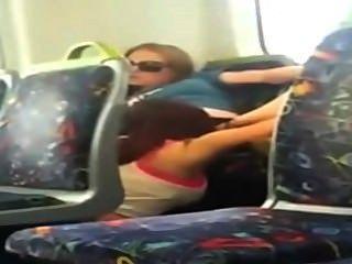 Lesben - Mädchen am Telefon Cam erwischt ihren Freund heraus auf den Zug zu essen
