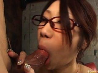 Fuuka Takanashi heiße asiatische Puppe Hahn in der Garage ist das Saugen