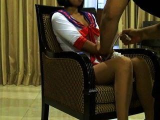 sexy thai stellt Modell Xanny in Strumpfhosen und sexy Kostüm