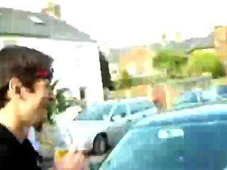 Hunk männlichen Streifen im öffentlichen Straßen