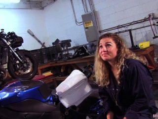 Ozean Motorradmechaniker saugt marines Hahn im Shop