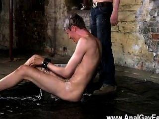 Homosexuell Clip von seinem Speer ist encaged und unfähig zu Frühling zu äußern