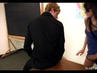 Vier-Augen-Schülerin wichst den Lehrer