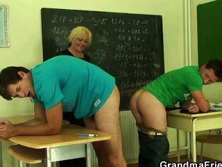 reifen Lehrer wird von zwei geile Jungs gefickt