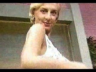 Blondine immer in einer TV-Show nackt