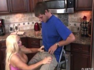 blonde Milf Ruckeln in der Küche