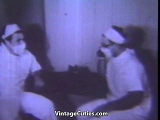 Babe masturbiert in der Toilette
