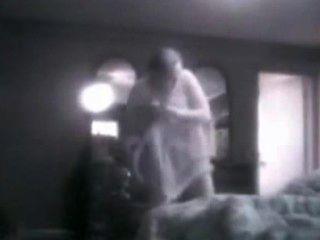meine vollbusige Mutter in ihrem Schlafzimmer bespitzelt