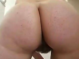 Reinigung der Küche butt naked