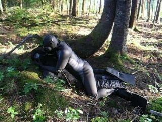 in einer Fantasy-Szene poppt eine frogman einen Dummy Bösewicht im Wald