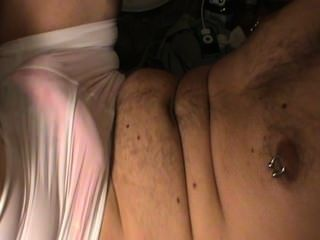 Teen masturbiert, während das Tragen Freundinnen Tanga und Beute Shorts.