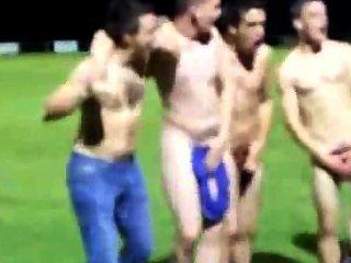 Rugby-Team wird auf dem Feld nach einem Sieg nackt Teamgeist zu zeigen
