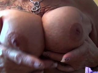 alte Oma zeigt ihre Titten