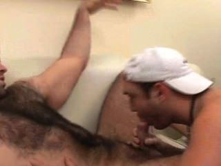Super haarige Kerl wird geblasen
