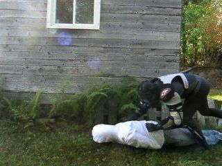gepanzerten frogman überrascht im Freien Opfer