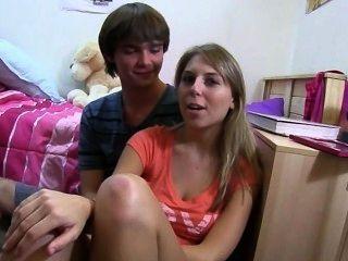Zwei blonde Mädchen auf dem Bett genießen liebend