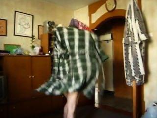 versteckte Kamera als Kumpel steigt aus dem Bett nackt