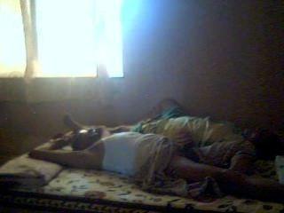 Indisches Paar allein zu Hause 03