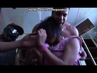 Frau gefangen und in einem verlassenen Haus gefickt