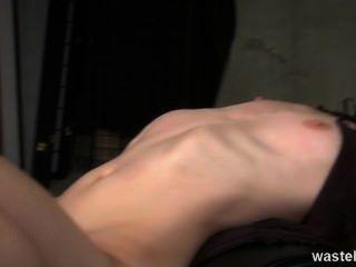 Ingwer Dominatrix hat eine blonde Sexsklavin zu spielen
