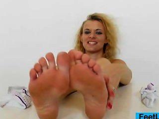 heiße Blondie gibt footjobs zu Sex-Spielzeug