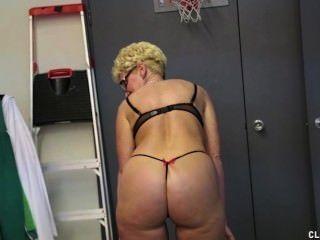 blonde MILF streicht einen jungen Hahn