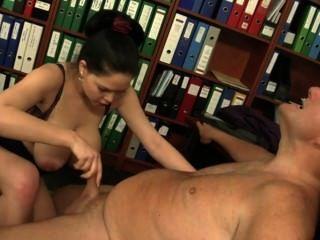 Sekretärin von ihrem viel älteren Chef gefickt