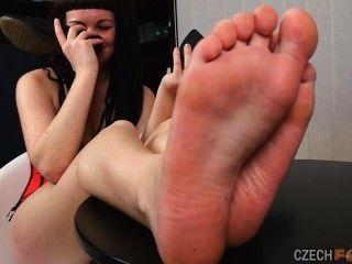 nackten Füße auf dem Tisch