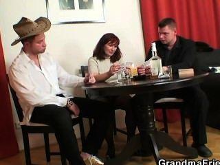 Poker-Spiel Oma bekommt von zwei Jungs gefickt