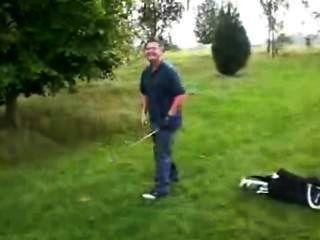 - (© © ¿) - Golfspieler zeigt seine Erektion - nach auf eine Mutprobe sein Spiel zu verlieren