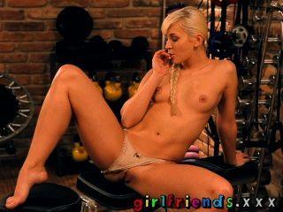 Freundinnen blond mit perfekten Titten und Muschi eine Arbeit hat