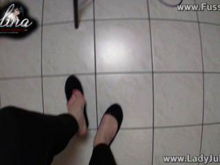 Domina zeigt Ihre Füße in Ballerinen wichsanweisung