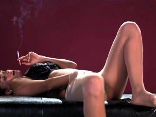 saha Rohr Rauchen und masturbiert