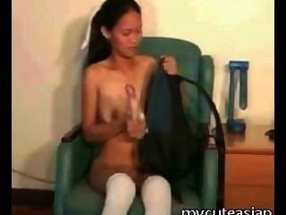 petite asiatische Mädchen schlägt sich mit Sex-Spielzeug