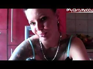 sexy Babe mit dem Rauchen Piercing