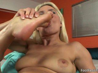 Anikka Albrite ihren Füßen saugte