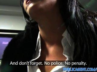 publicagent Sex auf einem fahrenden Zug für den Personenverkehr ohne Ticket