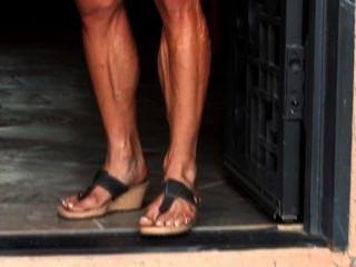 Muskel Milf kris biegt sich ihre erotischen, veiny Körper in enge Kleidung