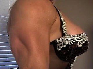 schöne vollbusige Muskel Göttin colette biegt sich in der Spitze
