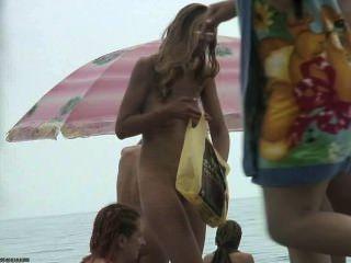 Gruppe von Mädchen nackt am Strand