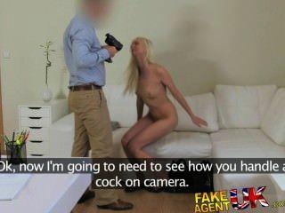 fakeagentuk blonde sexy tschechische Mädchen spritzt alle über Agenten Hahn