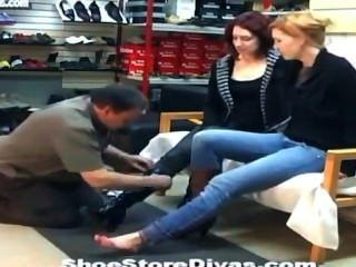 Füße Fetisch lecken in Schuhgeschäft