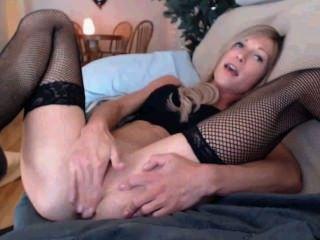 schlanke Blondine spielt mit Esel und Pussy