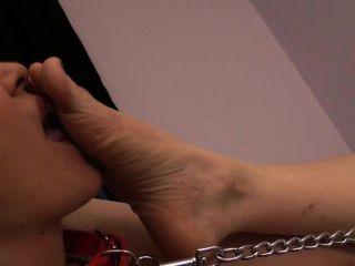 Slave Brandi anbetet claires Füße