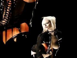 blonde russische führt einen sexuellen Tanz-Striptease, in schwarzen Dessous.