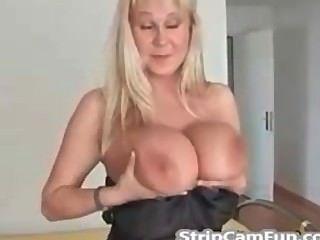reife Blondine mit großen Titten auf Webcam