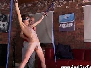 Nackte Männer Kieron Ritter mag den heißen Sperma-Stream direkt von der gurgeln