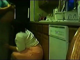 dona de casa abrindo ein perninha e levando pica no Pé da pia da cozinha