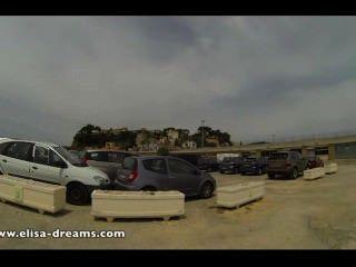 blinkt nackt in einem öffentlichen Parkplatz