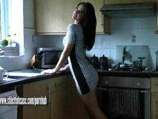 Hot Babe mit schönen Beinen neckt in hohen Stilettos und seidige Nylons